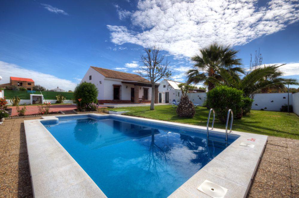 Swimming pool and family villa holidays in Conil de la Frontera