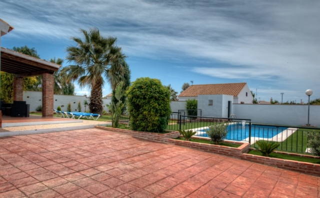 Swimming pool villa holidays families. Safety features